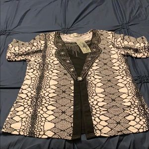 Women top/tunic with pearls aplique.